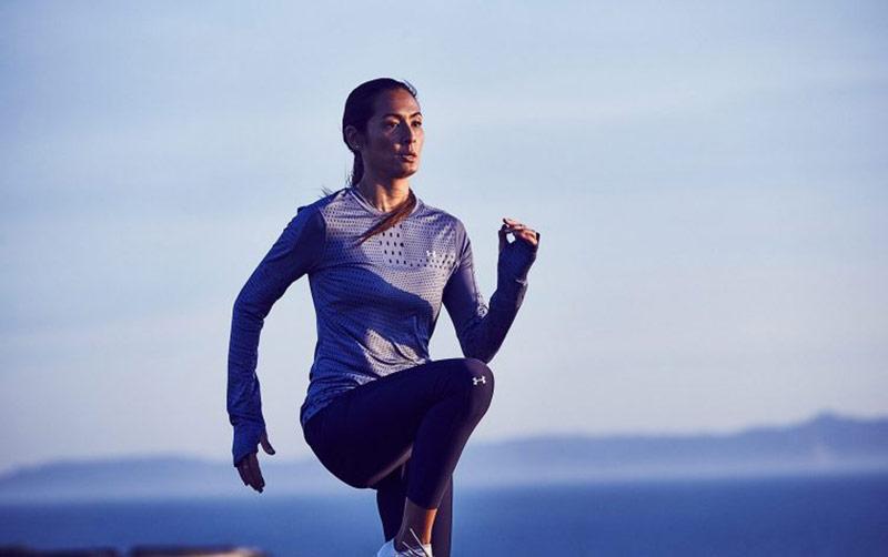 یک خانم در حال انجام حرکات ورزشی