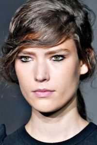 آرایش یک خانم با خط چشم