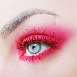 آرایش چشم یک خانم با ریمل قرمز