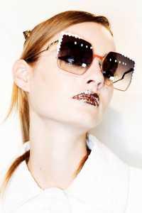 آرایش یک خانم با رژلب و عینک