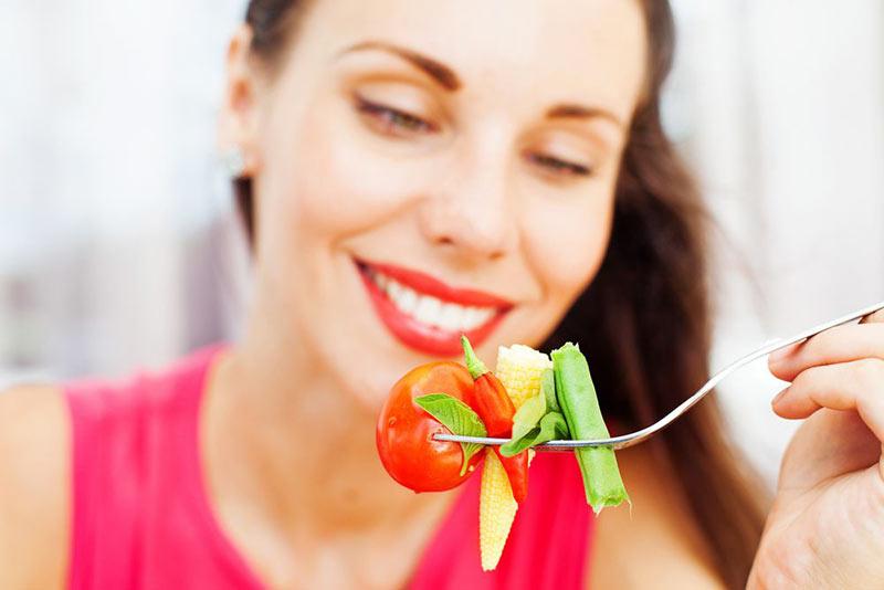 یک خانم در حال خوردن سالاد