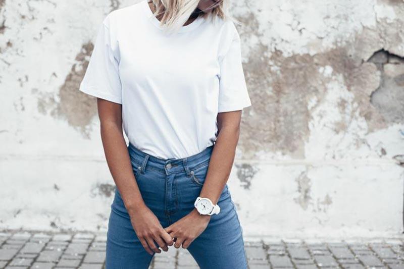 استایل یک خانم با تیشرت سفید و شلوار جین