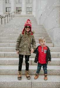 دو کودک خوش تیپ در زمستان