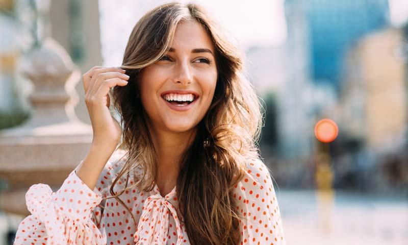 یک خانم در حال خندیدن
