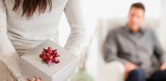 یک خانم در حال هدیه دادن کادوی سپندارمذگان به همسر خود
