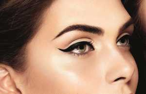 آرایش چشم یک خانم با خط چشم مشکی