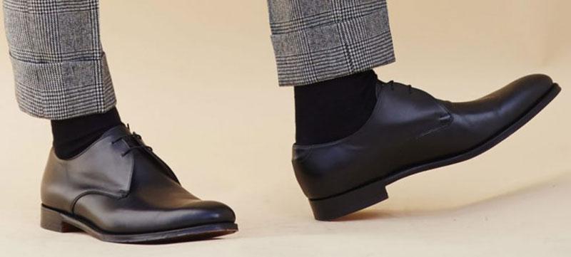 پاهای یک آقا با شلوار طوسی و کفش و جوراب مشکی