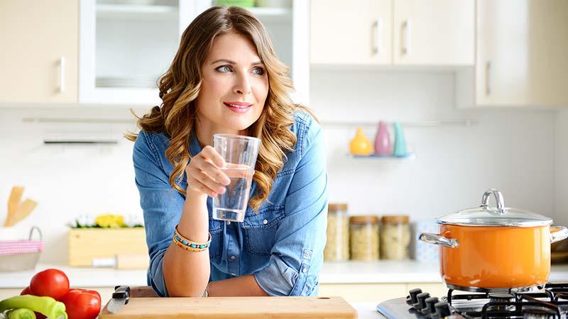 یک خانم در حال نوشیدن آب
