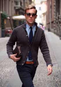 استایل یک آقا با کراوات سورمه ای