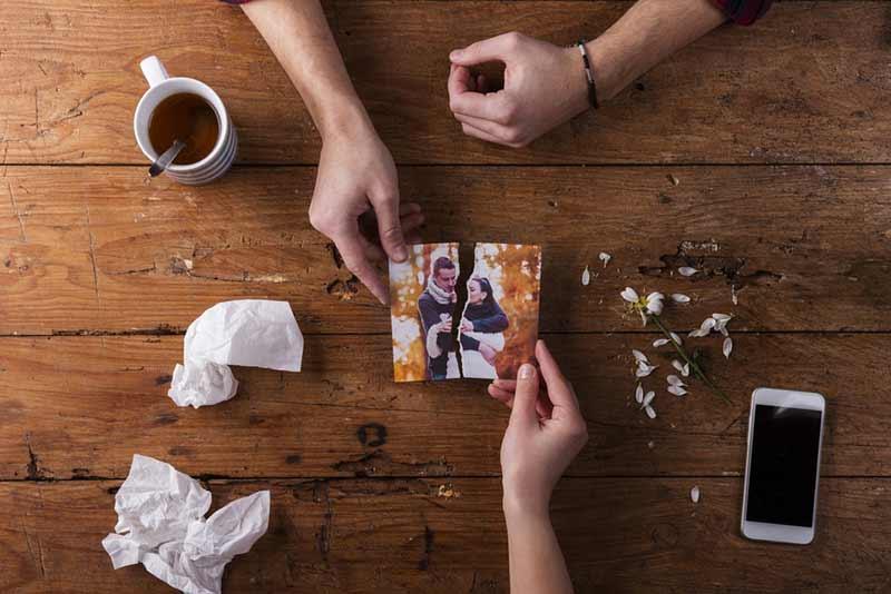 دست های یک خانم و آقا در حال درست کردن یک عکس