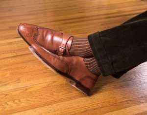 پاهای یک آقا با شلوار پارچه ای و کفش قهوه ای