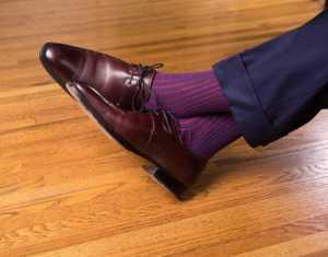 پاهای یک آقا با شلوار پارچه ای و کفش