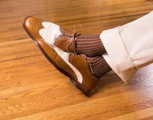 پاهای یک آقا با شلوار پارچه ای و کفش کرم قهوه ای