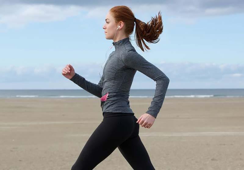 یک خانم در حال پیاده روی در کنار دریا