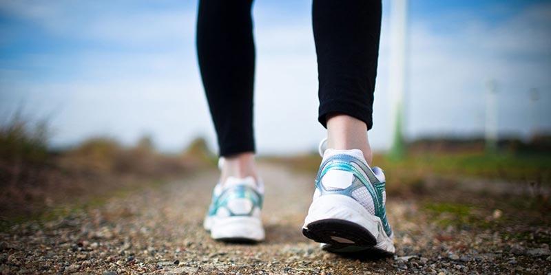 یک خانم در حال پیاده روی