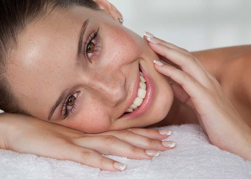 یک خانم با پوست شفاف و زیبا