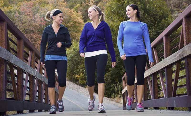 سه خانم در حال پیاده روی