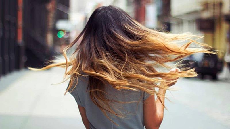 یک خانم با مو های آمبره
