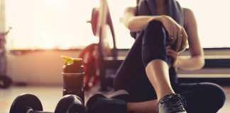 یک خانم در حال ورزش کردن در باشگاه ورزشی
