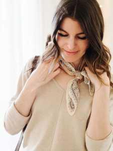 استایل یک خانم با دستمال گردن ابریشمی