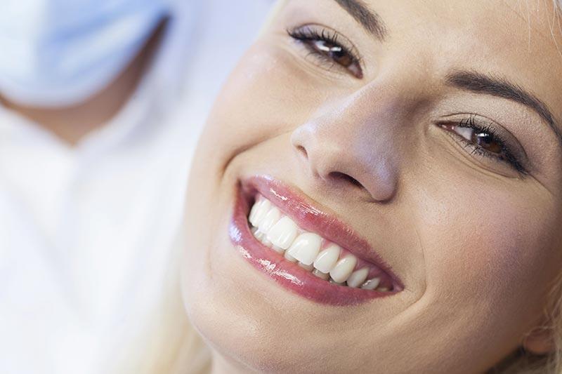 یک خانم در حال لبخند زدن