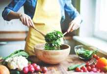 یک خانم در حال درست کردن غذا برای لاغری و کاهش وزن در یک ماه