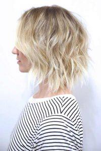 موهای کوتاه فر بلوند یک خانم