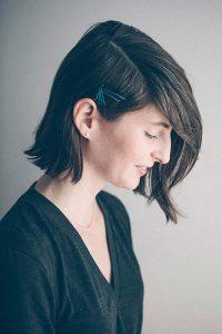 موهای کوتاه یک خانم با سنجاق سر آبی