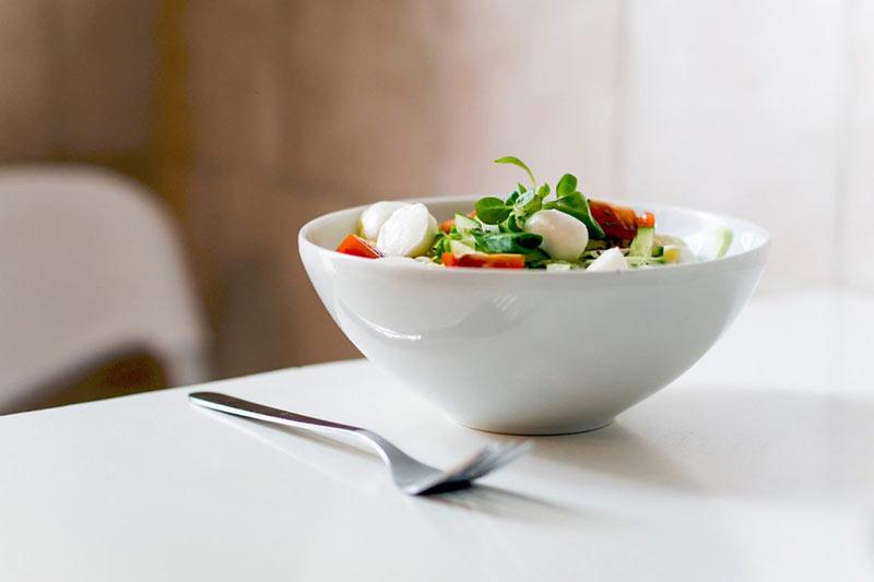 یک ظرف سالاد سبزیجات