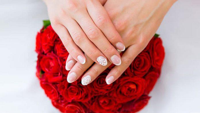 مدل طراحی ناخن عروس به همراه دسته گل رز قرمز