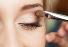 یک خانم در حال آموزش کشیدن سایه چشم