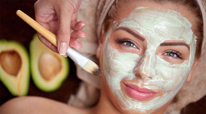 یک خانم در حال استفاده از ماسک صورت با آووکادو