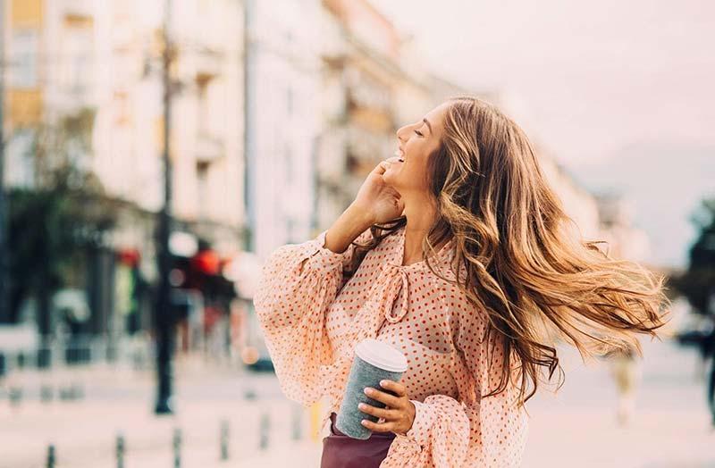 یک خانم با موهای بلند