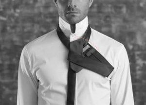 رد کردن طرف پهن کراوات از داخل حلقه جلو