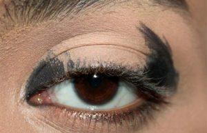 زدن سایه چشم مشکی در اطراف چشم