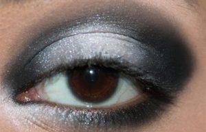 محو کردن آرایش گوشه چشم