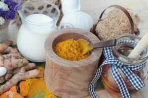 زردچوبه و عسل و شیر برای پوست