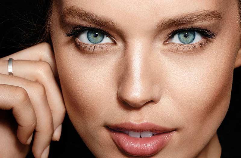 بکارگیری ترفند های آرایشی مثل کانتورینگ برای لاغر نشان دادن صورت