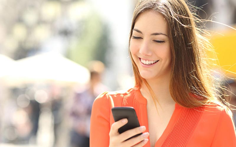 خندیدن به پیام دریافت شده در گوشی موبایل