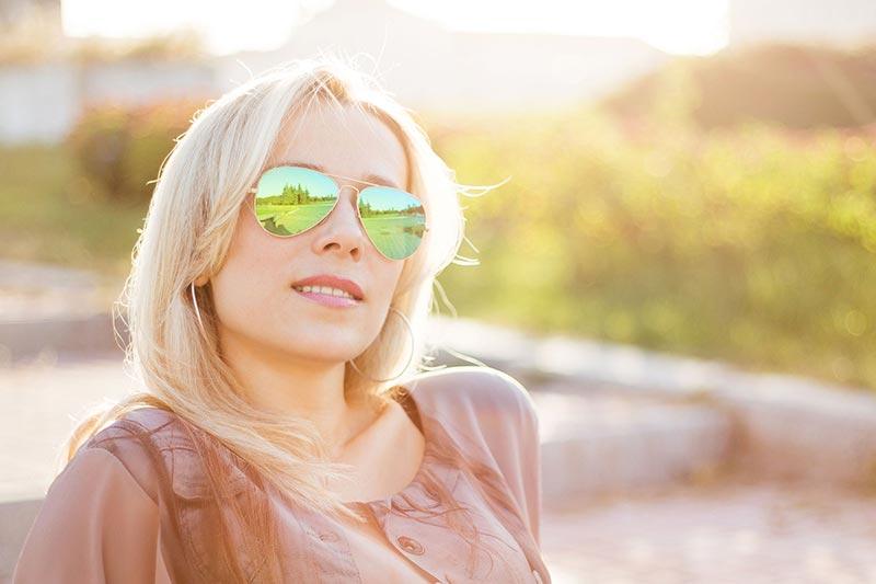 استفاده از عینک آفتابی محافظ چشم در زیر نور آفتاب