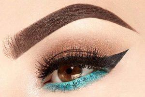 آرایش چشم نیمه اسموکی با سایه آبی و خط چشم دنباله دار