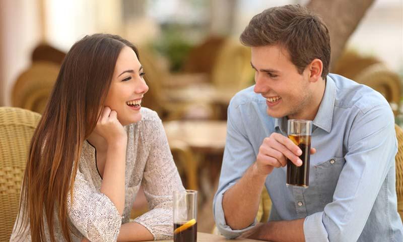 زبان بدن راحت در مکالمات صمیمی و دوستانه