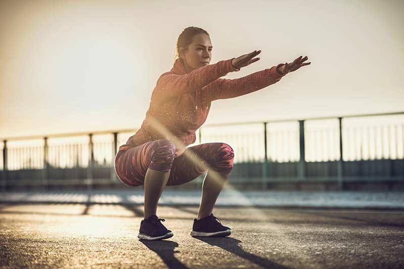 حرکت ورزشی اسکات برای فرم دادن به پاها