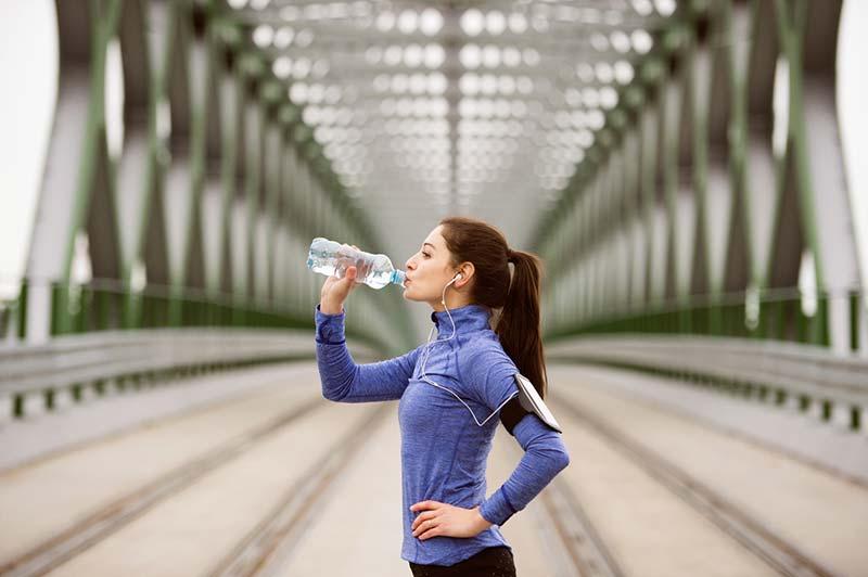 نوشبدن آب در هنگام ورزش کردن برای حفظ سلامتی لاغری بیشتر