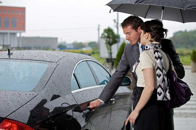 باز کردن درب اتومبیل برای یک خانم