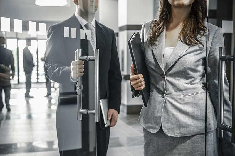 نگه داشتن درب برای یک خانم به نشانه ادب