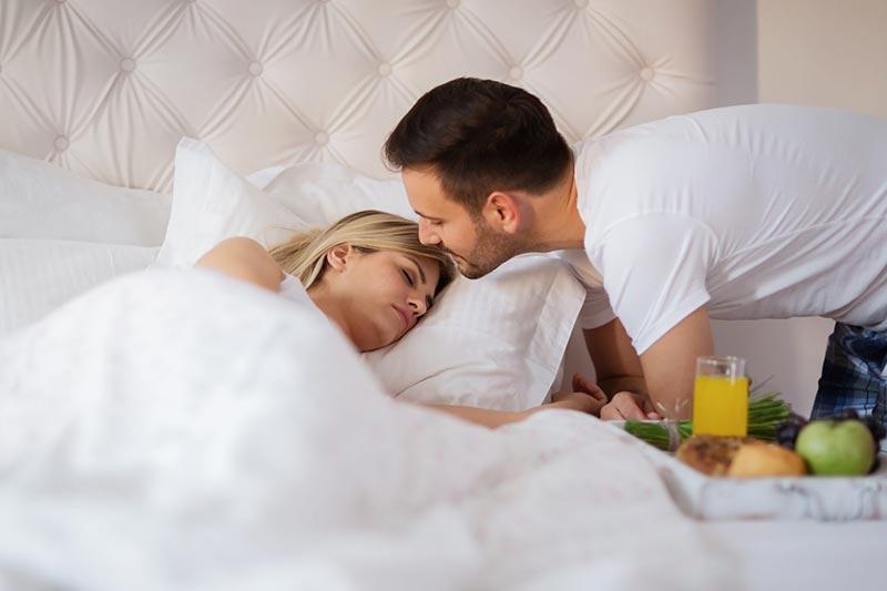 ابراز علاقه شوهر به زن با درست کردن صبحانه