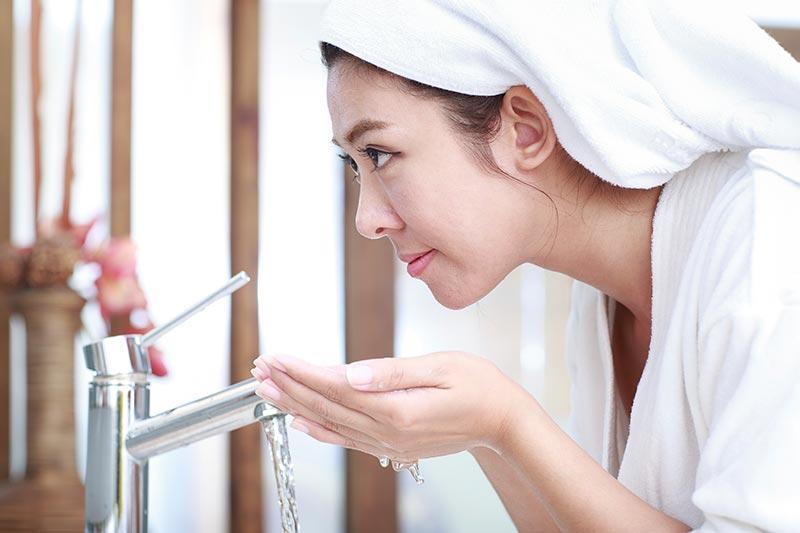 شستن صورت برای از بین بردن جوش