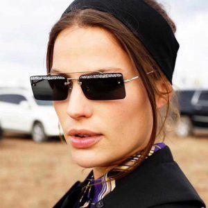 عینک آفتابی با فریم مستطیلی