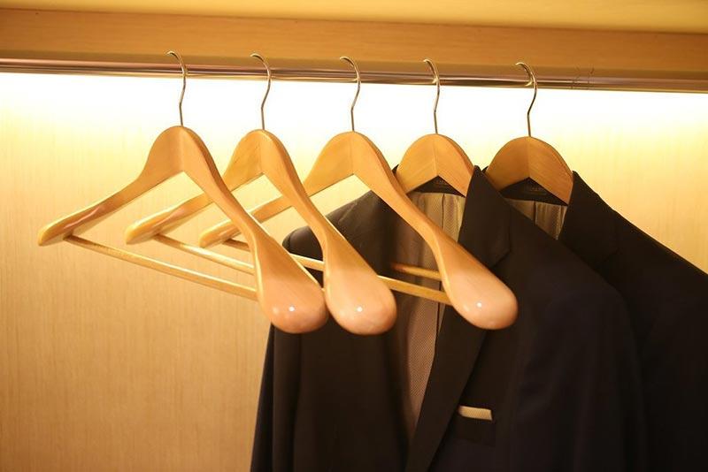 استفاده از چوب لباسی مناسب برای آویزان کردن کت و شلوار